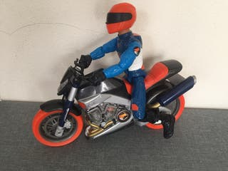 Moto y muñeco action man