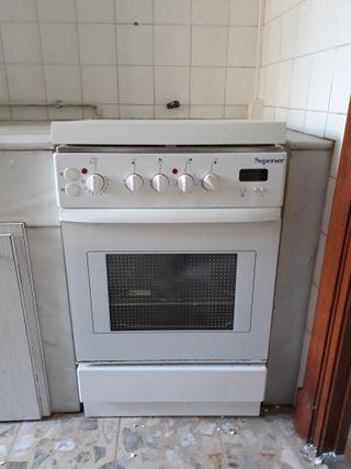 Cocina de gas y eléctrico con horno eléctrico.