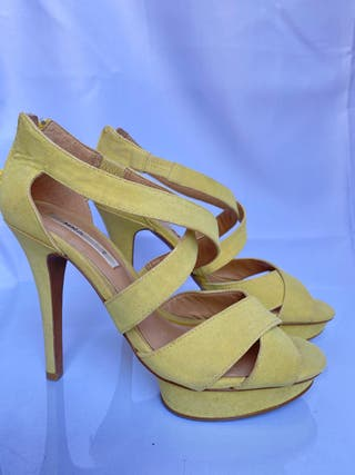 Sandalia amarilla con tacón