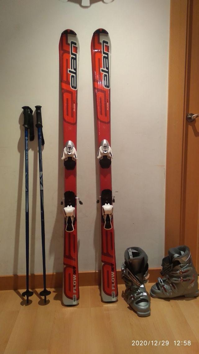 esquíes, botas y bastones