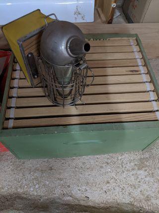Ahumador y caja para abejas
