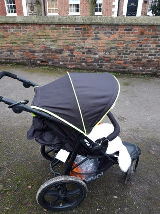 Three-wheeled pushchair