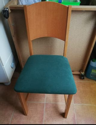silla con sillón verde de cojín.