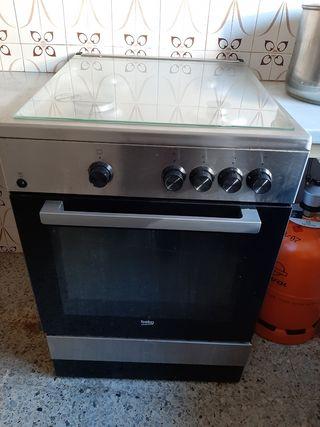 Cocina gas butano con horno eléctrico marca Beko