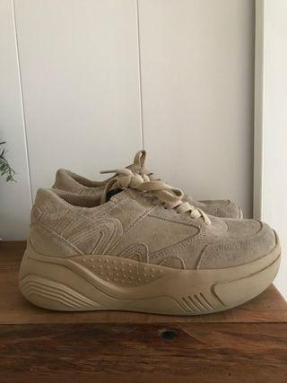 Sneakers marrón de Zara