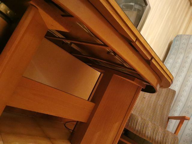 se vende mesa con cristal con sillas
