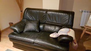 sofás de piel y mesa de forja