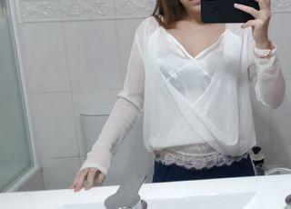 blusa blanca asimétrica.