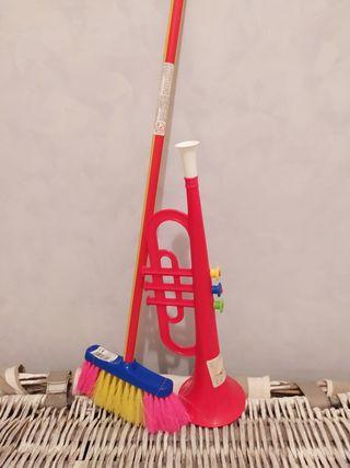 juguetes escoba y trompeta