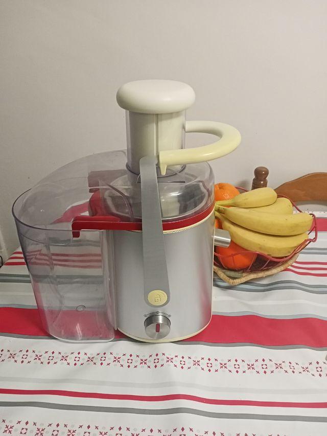 Licuadora de fruta y verduras.