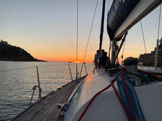 Puesta de sol a bordo de un velero