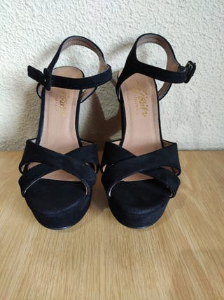 Sandalias negras con tacón alto