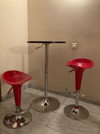 Taburetes y mesa elevables