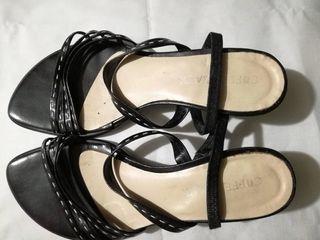 Sandalias de tacón negras con tiras, de piel