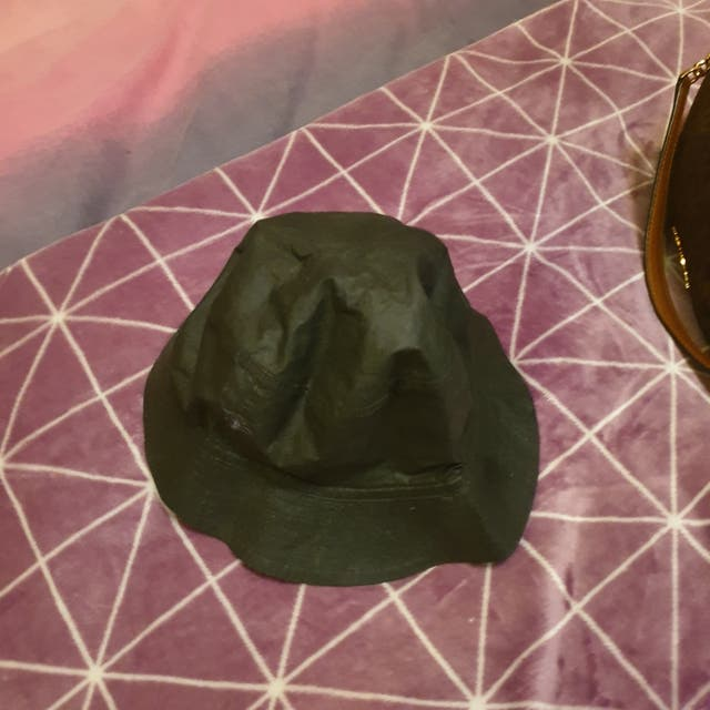 gorro color negro burberry