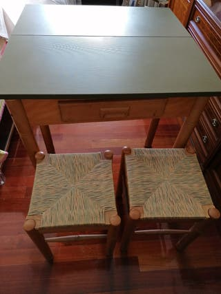 Mesa plegable y dos taburetes