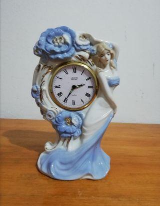 Figura japonesa de porcelana con reloj