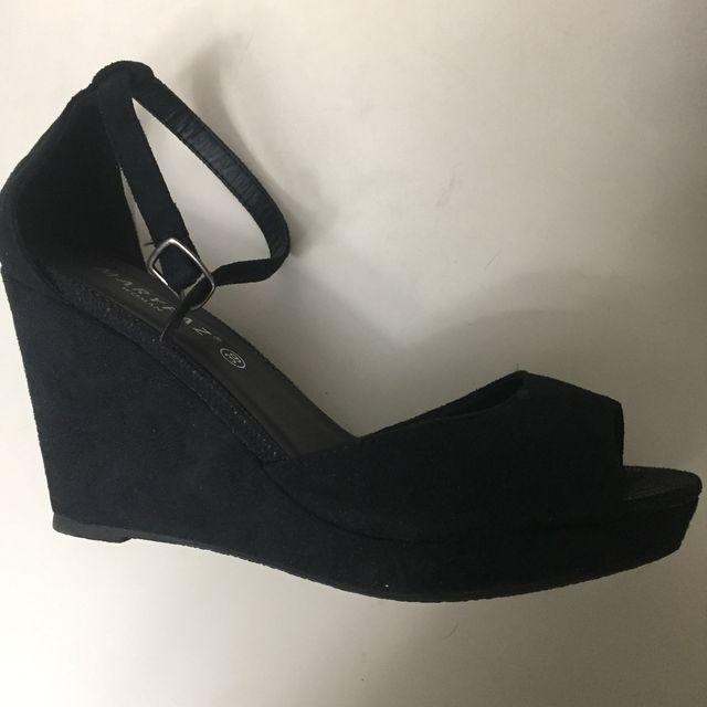 Sandalias negras de tacón