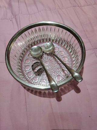 ensaladera con cubiertos y el borde de plata