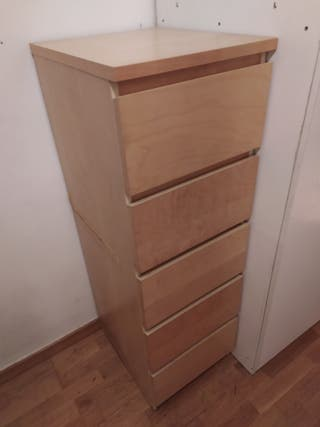 Comoda de cajones de madera de haya.