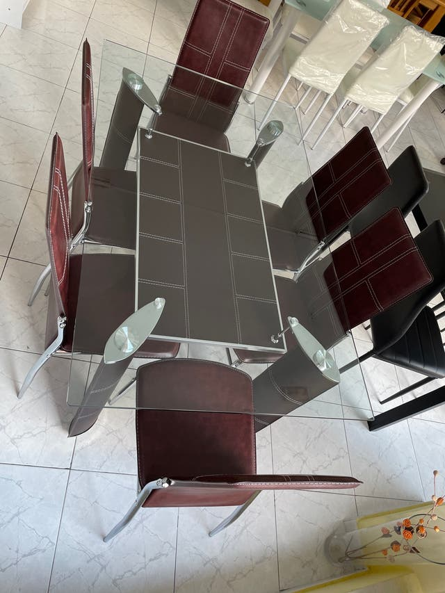 MESA DE CRISTAL CON REVISTERO + 6 sillas