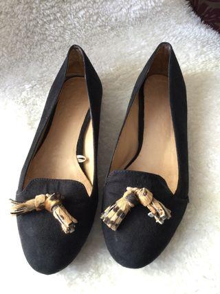 Zapatos negros terciopelo con borlas en leopardo