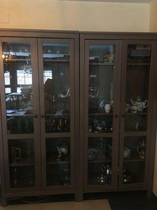 2 unidades armarios de madera con cristal y focos