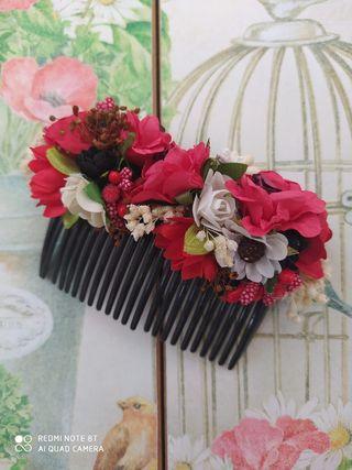 peineta flores rojas tocado invitada novia boda