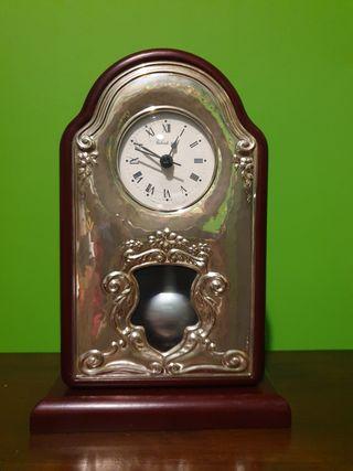 Reloj de mesa de plata y madera con péndulo