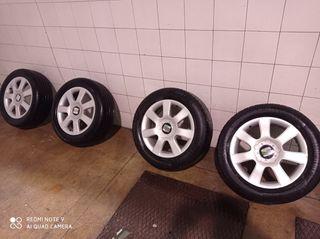 """Llantas Seat de 16"""" con neumáticos en buen estado."""