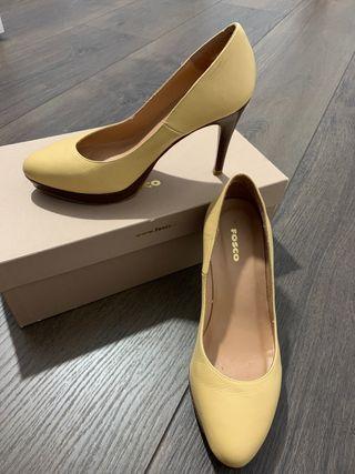 Zapatos tacón amarillo