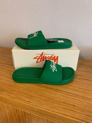 Chanclas Benassi Nike x Stüssy green