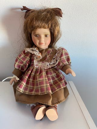 Muñeca de porcelana de coleccionismo.