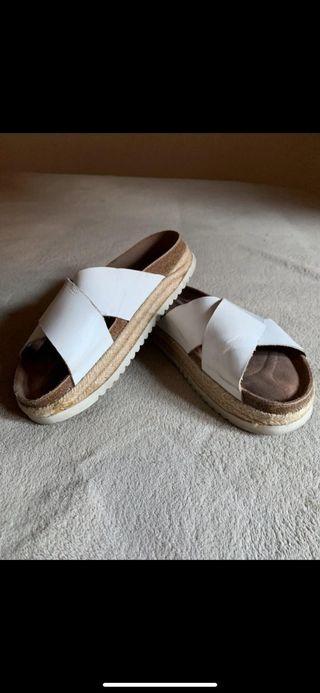Sandalias blancas de esparto y piel número 39