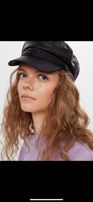 Gorra negra de poli piel