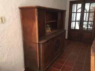Aparador antiguo de madera oscura