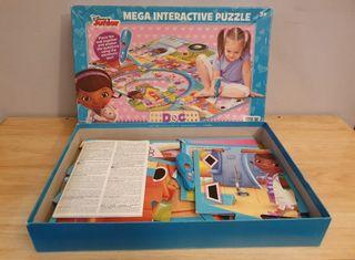 """Alfombra puzzle gigante de """"Doctora"""" de Disney."""