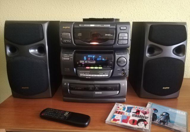 CADENA DE MÚSICA SANYO CON CD, CASETTE Y RADIO.