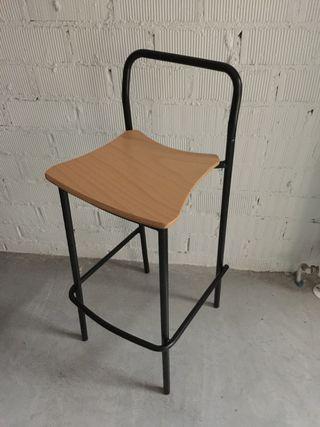 Taburete apilable metálico con asiento en haya