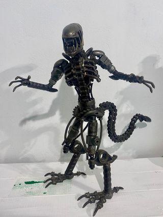 figura alien hecha a mano .