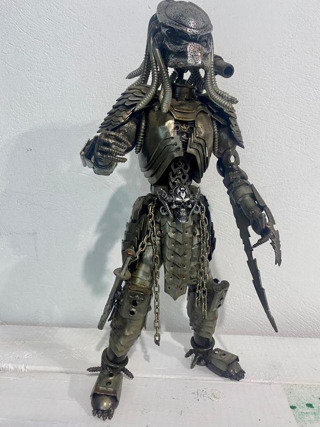 guerrero de metal reciclado.