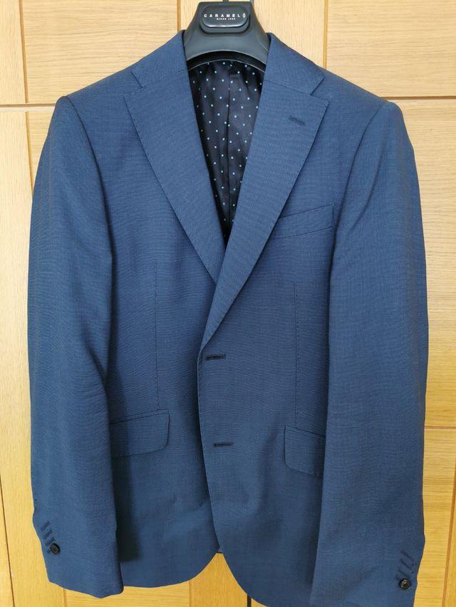 Americana azul de traje, marca Caramelo