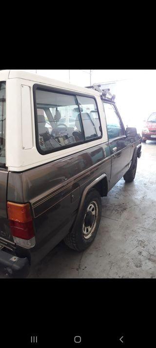 Nissan Patrol 1989 ( motor 2400 GASOLINA ,120 caballos , 6 cilindros), se vende por que esta parado y no usarlo ,bien de chapa y pintura y lo blanco se puede quitar y ponerlo descapotable