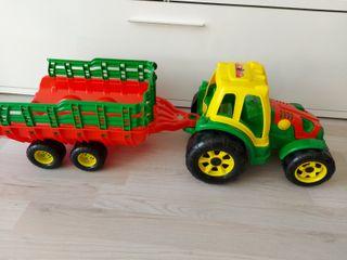 Tractor con remolque y coche de bomberos