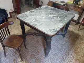 Mesa de madera maciza antigua con mármol