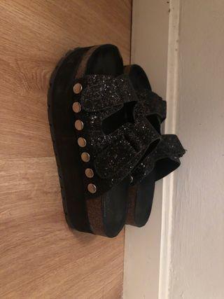 Sandalias plataforma negras brillantes tachuelas