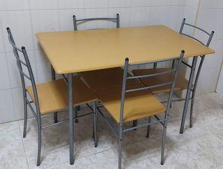 Mesa amplia de cocina en madera y 4 sillas