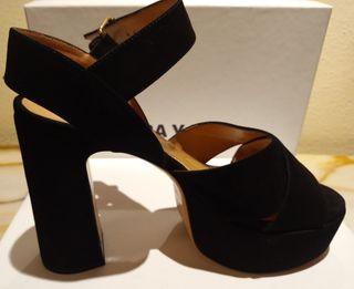 Sandalias de tacón alto, negras.