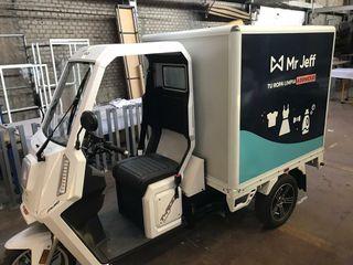 Motocarro eléctrico con caja paquetera cerrada