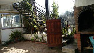 Escalera metálica con pledaños de piedra blanca